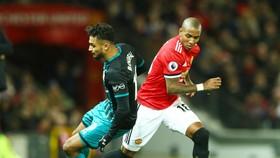 Không có kinh nghiệm của Ashley Young (phải) lúc này là thiệt thòi lớn với Man.United. Ảnh: Getty Images