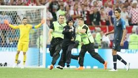Những kẻ lao vào phá đám ở trận chung kết World Cup. Ảnh Sports Keeda