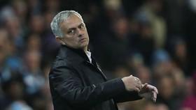 Biểu hiện bất lực của HLV Jose Mourinho ở trận derby Manchester. Ảnh: Getty Images