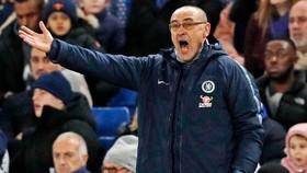 Sự giận dữ của Maurizio Sarri ngoài sân không tạo được tác động. Ảnh: Getty Images