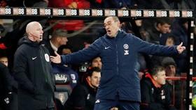 HLV Maurizio Sarri bất lực chứng kiến màn sụp đổ. Ảnh: Reuters