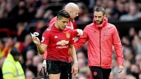 Biểu hiện của Alexis Sanchez cho thấy đó là chấn thương không nhẹ. Ảnh: Getty Images