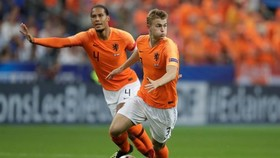 Virgil van Dijk và Matthijs de Ligt (phải) trong một tình huống phối hợp ở đội tuyển. Ảnh: Getty Images