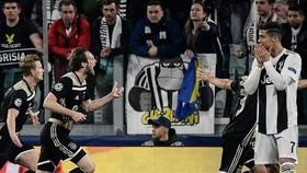 Cristiano Ronaldo và người hâm mộ Juve ngỡ ngàng trước niềm vui chiến thắng của Ajax. Ảnh: Getty Images