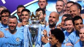 """Chiếc cúp """"sơ cua"""" sẽ được mượn lại từ đương kim vô địch Man.City. Ảnh: Getty Images"""