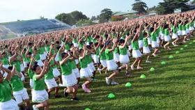 Màn thể dục đồng diễn của học sinh Vĩnh Long đạt kỉ lục Guinness Việt Nam về số lượng tham dự