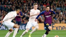 Lionel Messi cùng Barca từng dễ dàng vượt qua đại diện bóng đá Anh là Man.United. Ảnh: Getty Images