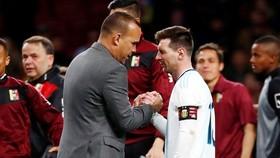 HLV Rafael Dudamel chia sẻ với Lionel Messi sau thất bại của Argentina hồi tháng 3. Ảnh: Getty Images