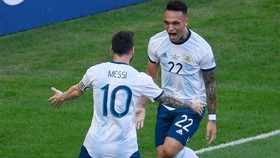 Lionel Messi chia vui khi Lautaro Martinez ghi bàn ở Copa. Ảnh: Getty Images