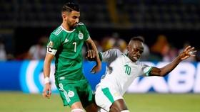 Riyad Mahrez (trái) tiếp tục thắng Sadio Mane ở cấp độ đội tuyển. Ảnh: Getty Images