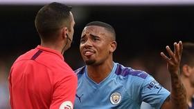 Gabriel Jesus sốc với bàn thắng bị từ chối. Ảnh: Getty Images