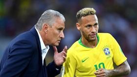 HLV Tite cố gắng giúp Neymar xóa đi áp lực. Ảnh: Getty Images