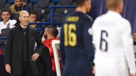 HLV Zinedine Zidane thất vọng khi chứng kiến trận đấu. Ảnh: Getty Images
