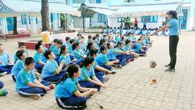Một tiết học thể dục ngoài trời của học sinh Trường THCS Bình Tây (quận 6)
