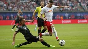 RB Leipzig (phải) đã được UEFA cho phép tham dự Champions League trong mùa tới.