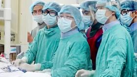 GS Bùi Minh (thứ 2, từ phải sang) cấy máy tạo nhịp chữa suy tim cho bệnh nhân tại Bệnh viện ĐH Y Dược Huế