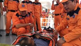 Thuyền viên Mohan Singh đươa bàn giao cho cơ sở y tế để thăm khám và điều trị