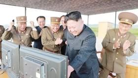 Chủ tịch Kim Jong-un và các sĩ quan quân đội Triều Tiên tỏ ra vui mừng sau vụ phóng tên lửa thành công ngày 15-9