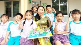 Cô Đỗ Ngọc Chi, Hiệu trưởng Trường Tiểu học Nguyễn Thái Học (quận 1) cùng học sinh trong một hoạt động ngoại khóa