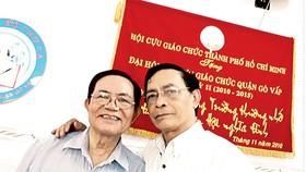 Thầy giáo Trương Minh Châu (phải), Chủ tịch Hội Cựu giáo chức quận Gò Vấp