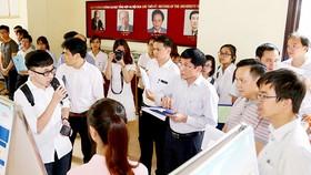 Sinh viên ĐH Quốc gia Hà Nội trình bày báo cáo nghiên cứu khoa học