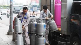 Đưa bình gas vào một cửa hàng trên đường Điện Biên Phủ, quận 1                          Ảnh: CAO THĂNG