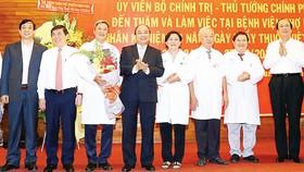 Thủ tướng Nguyễn Xuân Phúc tặng hoa chúc mừng  tập thể cán bộ, y bác sĩ,  nhân viên Bệnh viện  Chợ Rẫy Ảnh: TTXVN