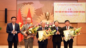 Phó Chủ tịch Quốc hội Đỗ Bá Tỵ tặng huy hiệu 50, 30 năm tuổi Đảng cho các đảng viên. Ảnh: LÂM HIỂN