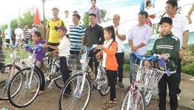 Tặng xe đạp cho học sinh xã Tân Hưng Tây