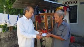 Trao tiền giúp gia đình ông Chinh có vợ bệnh nặng, cháu nội khuyết tật