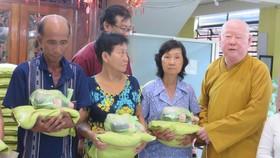 Tăng ni, phật tử chùa đã tổ chức trao tặng tiền tiết kiệm từ việc không đốt vàng mã