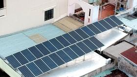 Pin mặt trời lắp đặt tại một gia đình để kinh doanh ăn uống, sử dụng trong sinh hoạt                             Ảnh: THÀNH TRÍ