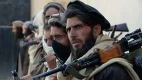 Các tay súng Taliban tại lễ giao nộp vũ khí và đầu hàng Chính phủ Afghanistan ở Nazyan. Nguồn: TTXVN