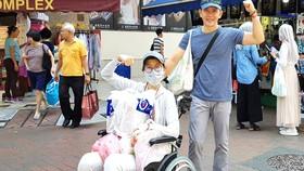 """Đạo diễn Đỗ Đức Thành và con gái trong  """"Hành trình tìm sự sống"""" ở Singapore"""