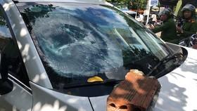 Chiếc ô tô bị đối tượng trốn trại cai nghiện ra đập phá