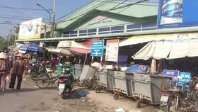 Tập kết rác ngay trước chợ, gây ô nhiễm