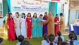 Thượng tọa Thích Đồng Tấn tặng quà thầy cô giáo trong lễ bàn giao phòng làm việc cho Trường Tiểu học Kim Đồng