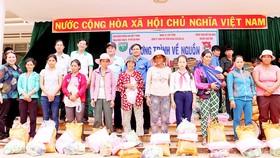 Trao quà tặng các hộ nghèo tại xã Ia Phí