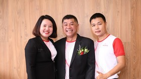 Anh Nguyễn Hoàng Vũ (giữa) cùng đồng nghiệp