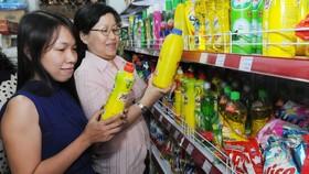 Người tiêu dùng chọn mua hàng tại một cửa hàng                 Ảnh: THÀNH TRÍ