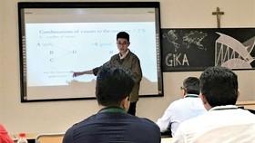 Sinh viên Nguyễn Trung Tín trình bày báo cáo khoa học và nhận giải thưởng tại hội thảo GIKA 2018 ở Tây Ban Nha