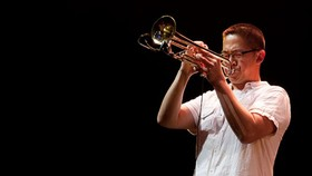 Nghệ sĩ trumpet Cường Vũ, từng 2 lần đoạt giải thưởng âm nhạc Grammy (năm 2003, 2006)