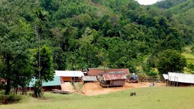 Nhiều hộ dân thôn Ba Nhà sống cô lập, không điện, không đường
