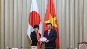Chủ tịch UBND TP Nguyễn Thành Phong cùng bà Abe Toshiko, Thứ trưởng Thường trực Bộ Ngoại giao Nhật Bản