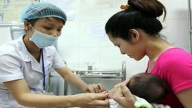 Trẻ bị phản ứng sau tiêm vaccine: Không nên hoang mang
