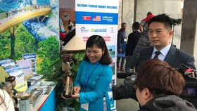 HDV Saigontourist giới thiệu sản phẩm du lịch Việt Nam cho phóng viên quốc tế tại Trung tâm Báo chí quốc tế (Hà Nội)