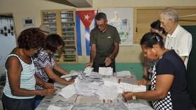 Ủy ban bầu cử quốc gia tiến hành kiểm phiếu cuộc trưng cầu dân ý về Hiến pháp mới. Ảnh: GRANMA