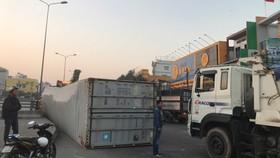 Container lật trên quốc lộ 51 đoạn gần ngã tư Vũng Tàu. Ảnh: TIẾN MINH