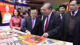 Phó Thủ tướng Thường trực Trương Hòa Bình tham quan gian trưng bày các ấn phẩm tại Hội Báo toàn quốc 2019. Ảnh: TTXVN