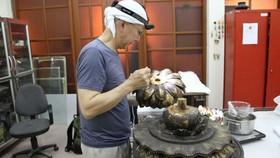 Chuyên gia Nhật Bản đang phục chế tượng Phật A-di-đà